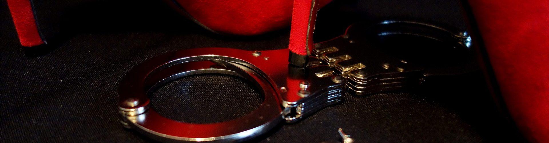 BDSM, SM-Raum, Darkroom Zürich, Basel, Handschelle, Domina, Schuhe, Schlüssel